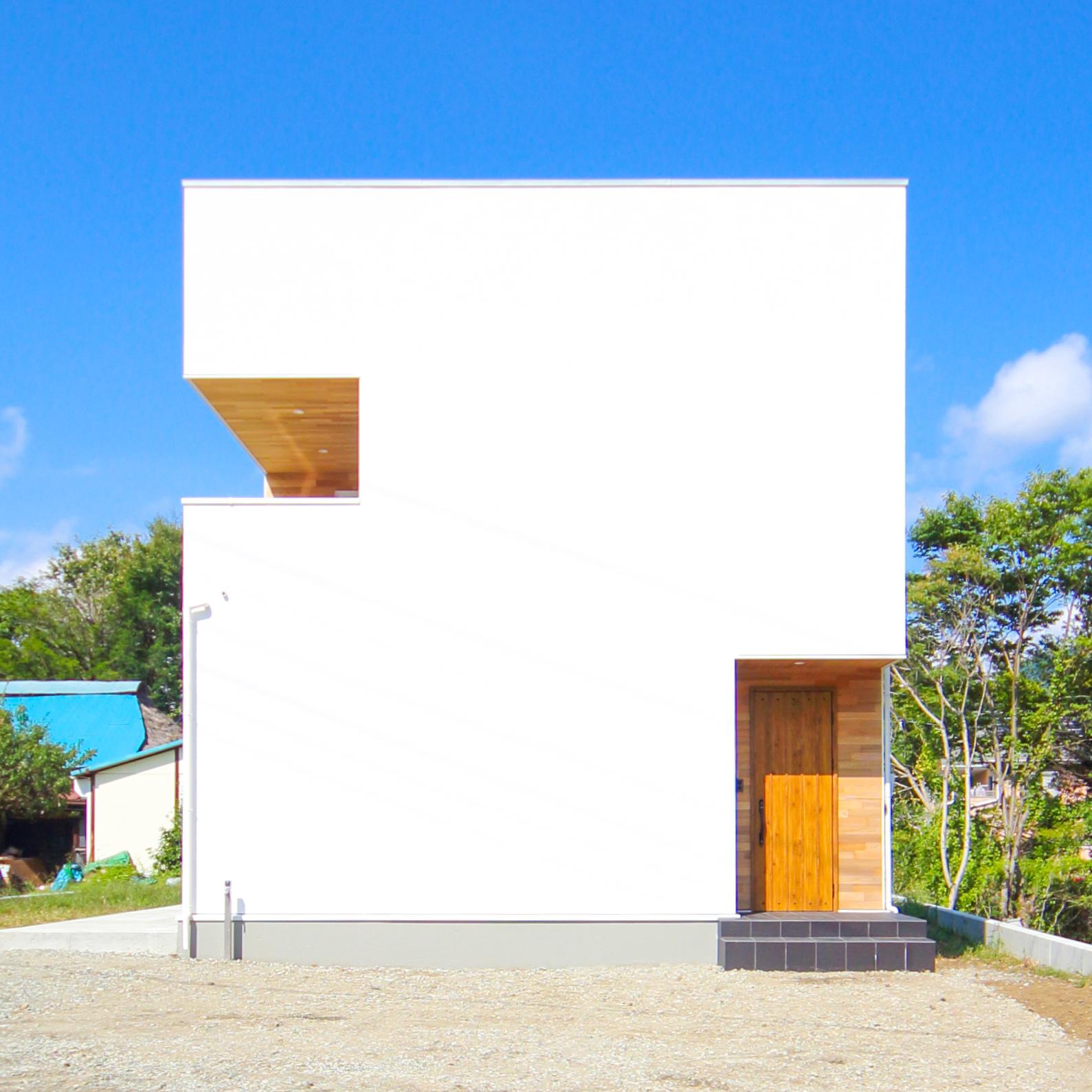 山梨県富士吉田市のおしゃれなお家。シンプルでスタイリッシュな印象の外観。注文住宅ならではのたたずまいです。