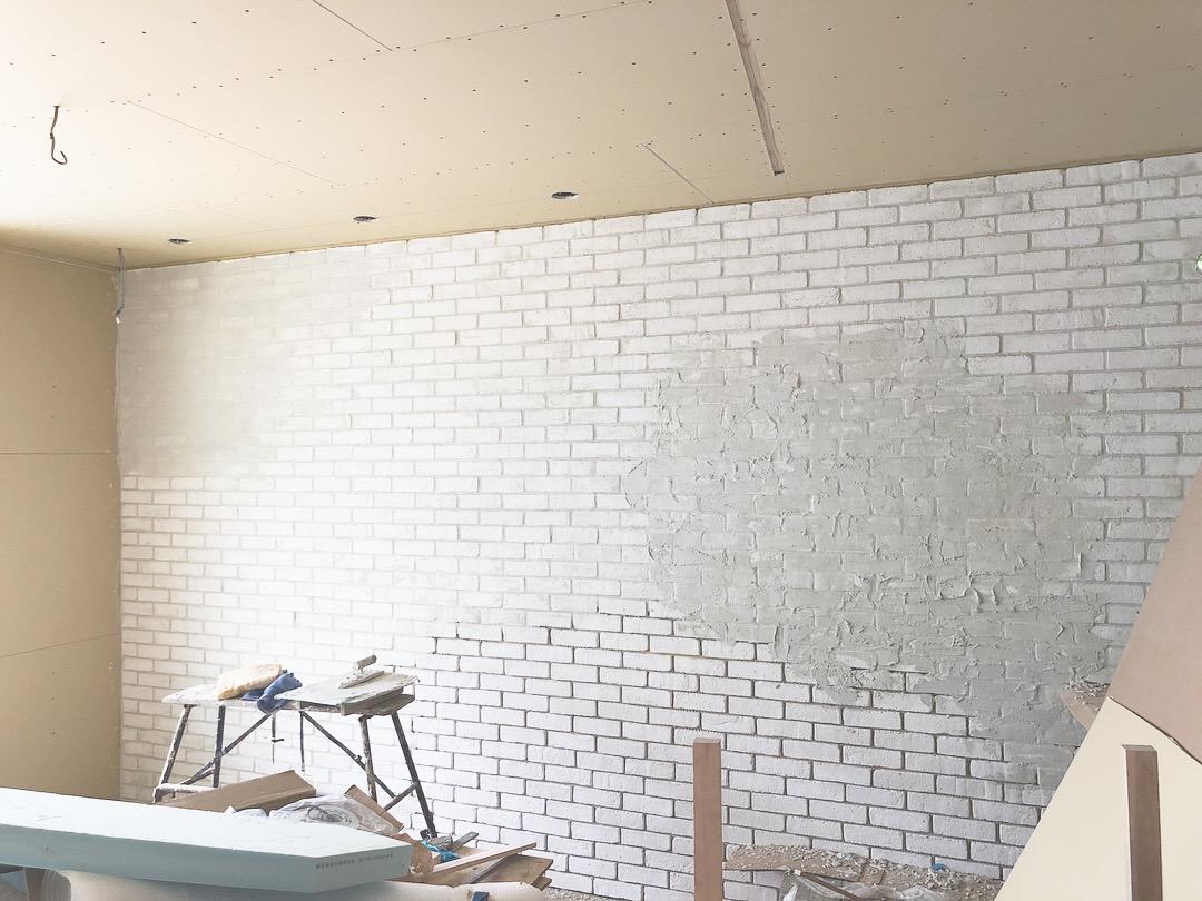 山梨の注文住宅、未来建築工房の新社屋が完成に一歩ずつ近ずいています。ホワイトのブリックタイルに目地を詰めて行きます。エイジングも開始。