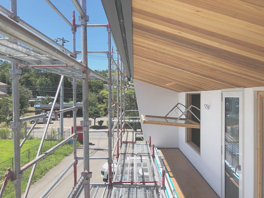山梨県にある未来建築工房の新社屋。studio HOUSEⅢⅨの外観はレッドシダーとホワイトの塗り壁でシンプルに仕上げています。