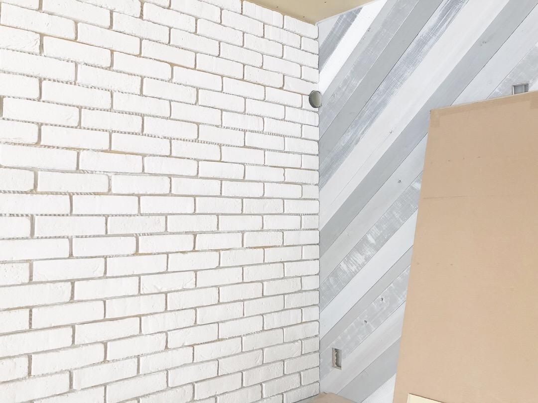 山梨県は山中湖村に着工中のstudio HOUSEⅢⅨの新築工事。内装の仕上げ作業中。オリジナルの壁紙にブロックタイル、ブリックタイルなどなど。