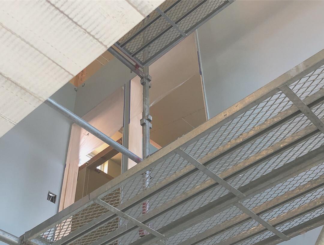 内装の塗装工事中。スタジオ内はグレーとホワイトを基調にコーディネートしています。