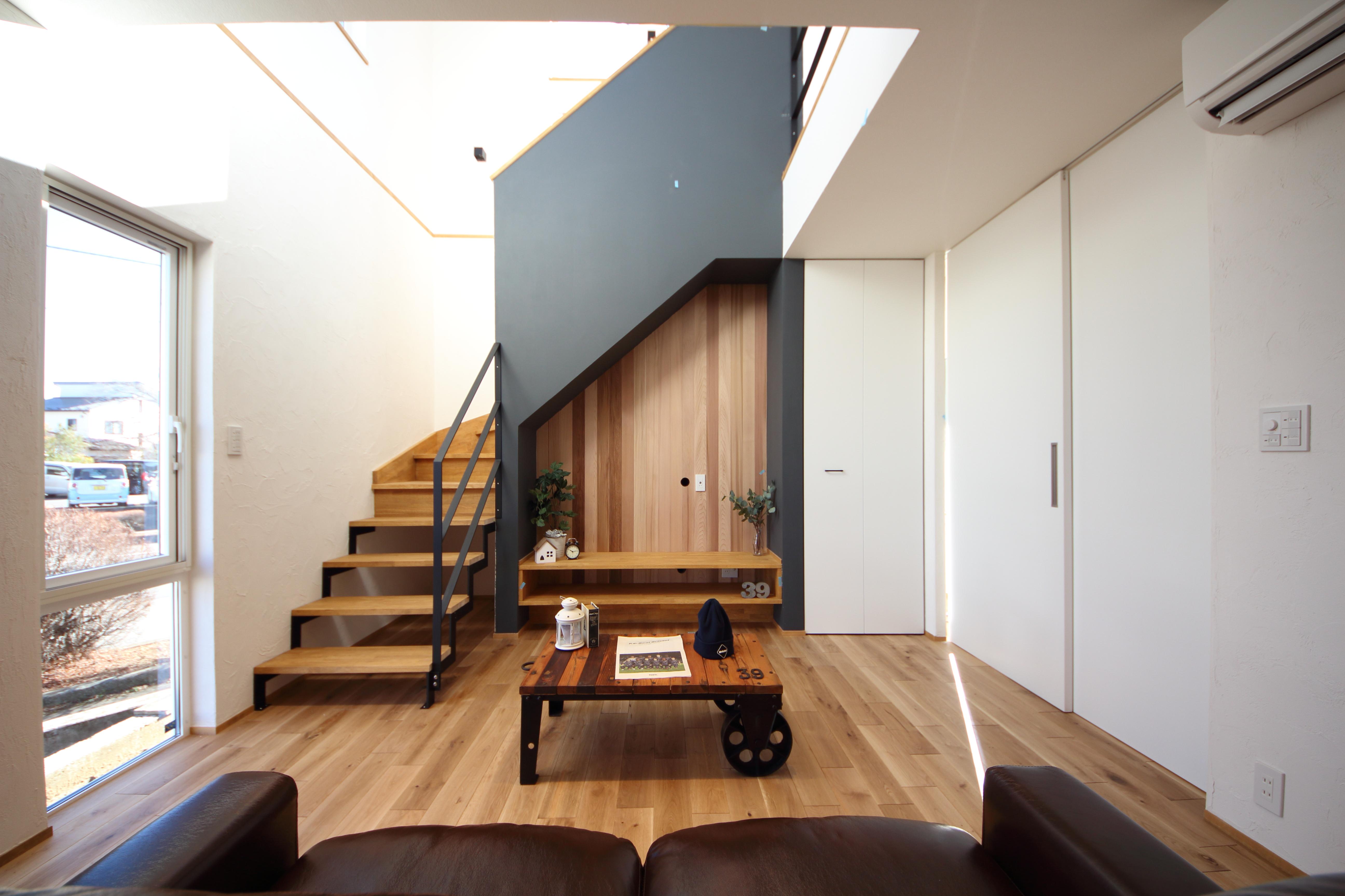 未来建築工房の新築注文住宅|山梨県富士吉田市竜が丘の家の内観はシンプルでスタイリッシュ。ブラックのアクセントウォールが印象的な家。