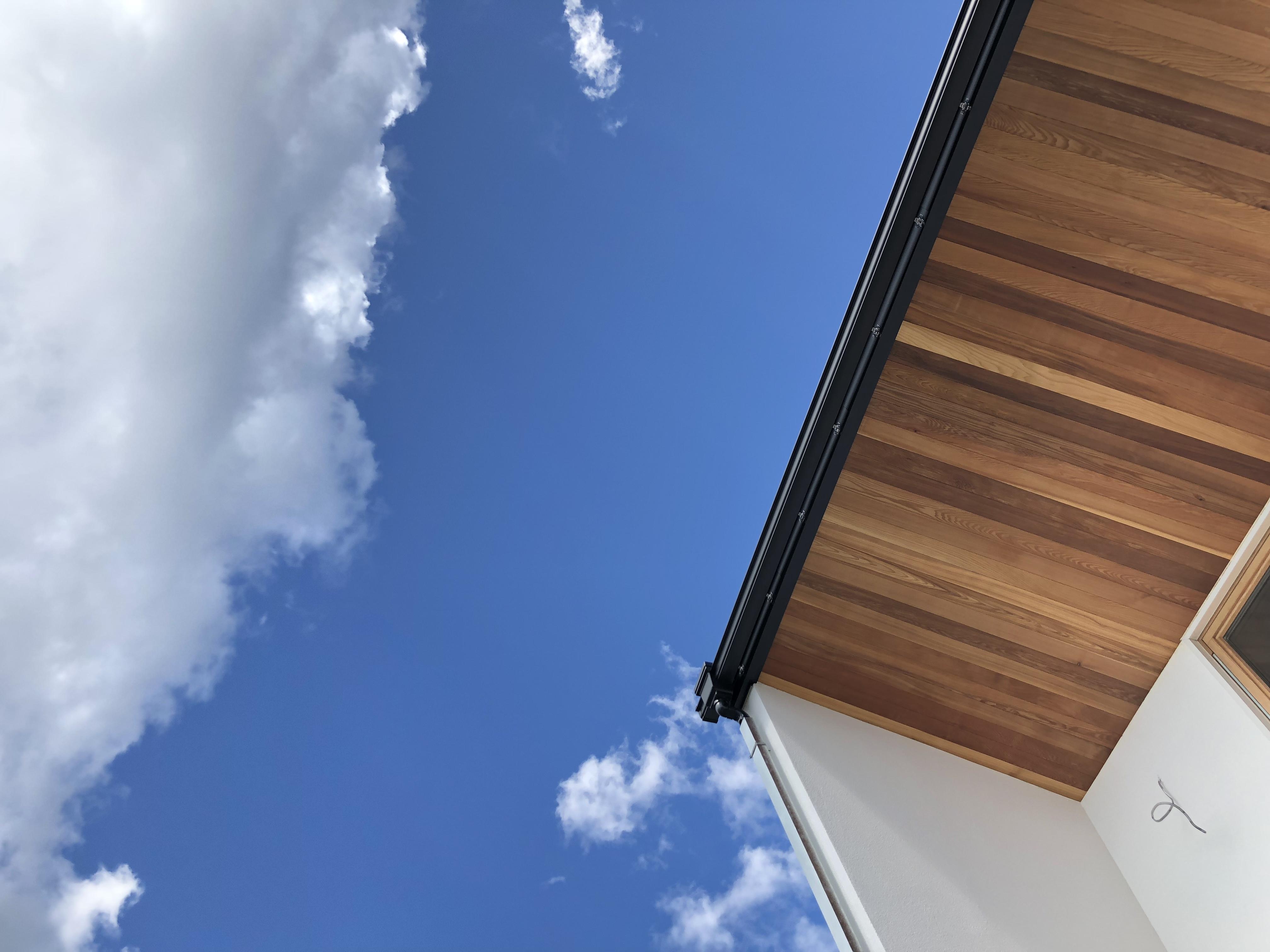 山梨の工務店、未来建築工房の新社屋studio HOUSEⅢⅨの外観と青空。