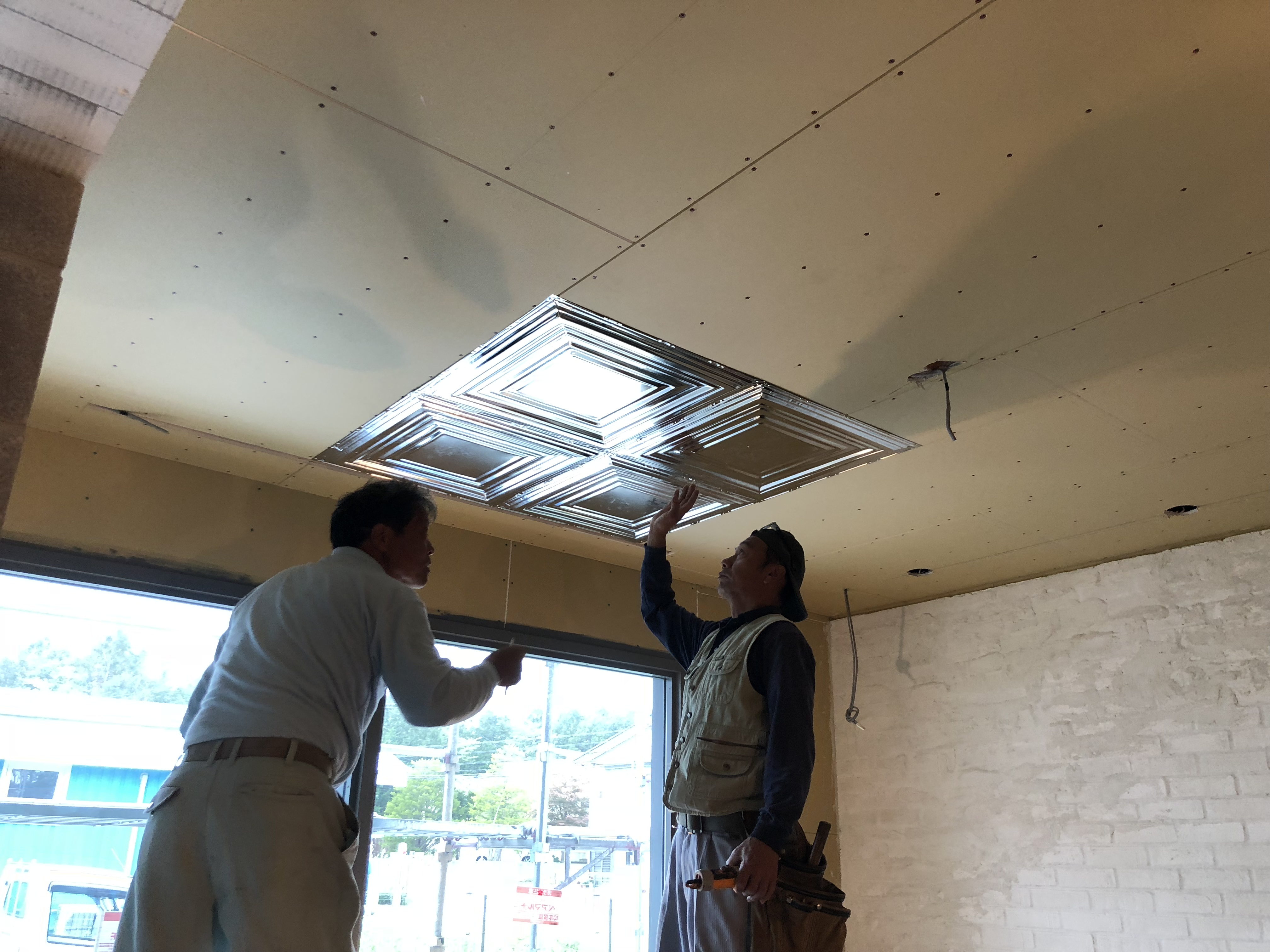 山梨の工務店、未来建築工房の注文住宅。新社屋の天井。輸入建材を施行中。