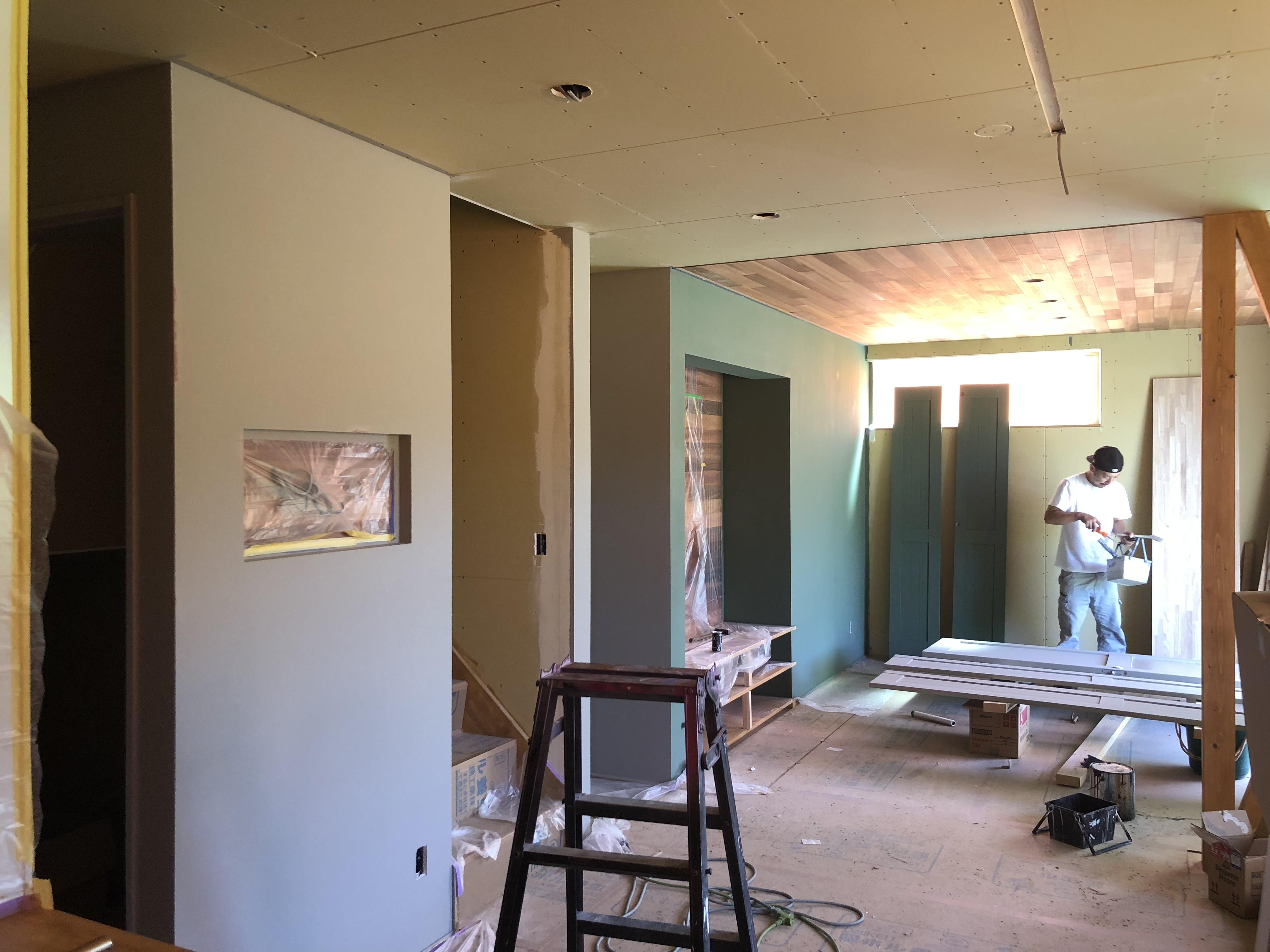 山梨県の注文住宅、未来建築工房の新築。富士河口湖町にて着工中のお家。塗装工事中です。