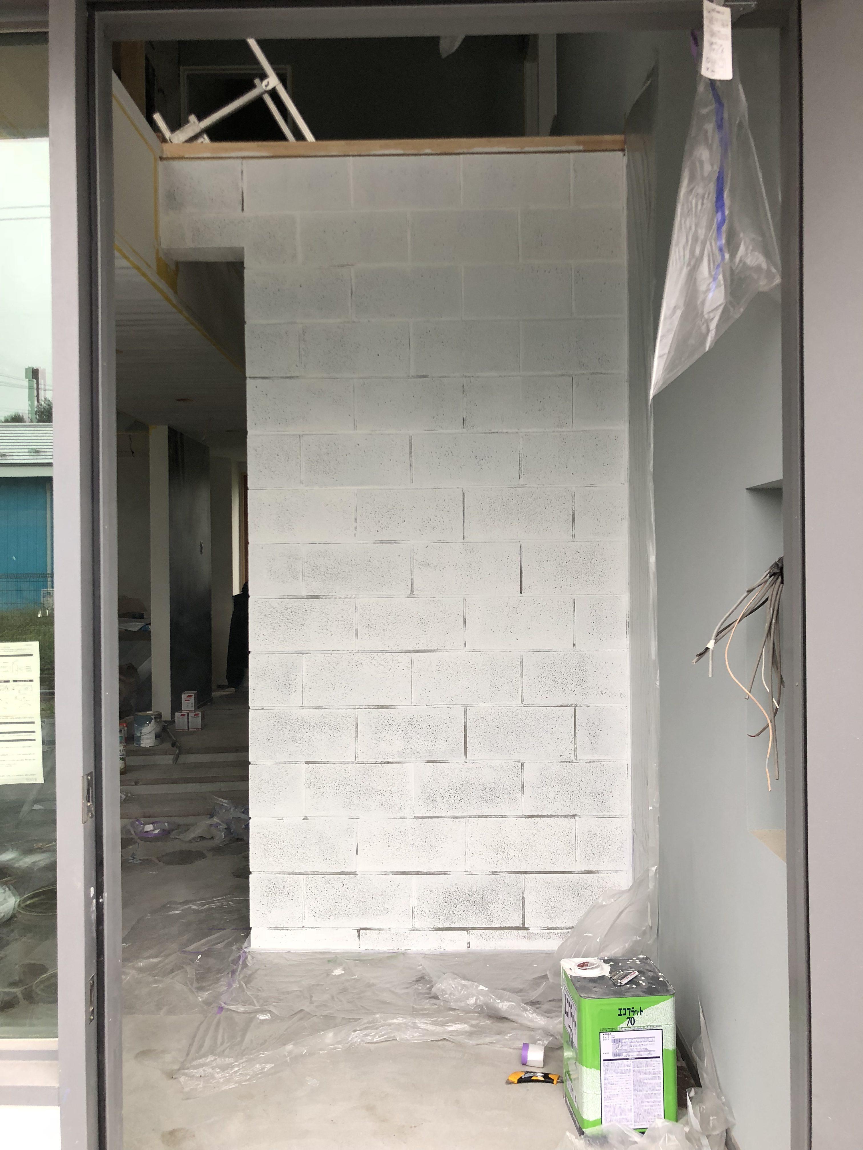 山梨の工務店、未来建築工房の新社屋studio HOUSEⅢⅨのブロックタイルを白ペンキで塗ってます。