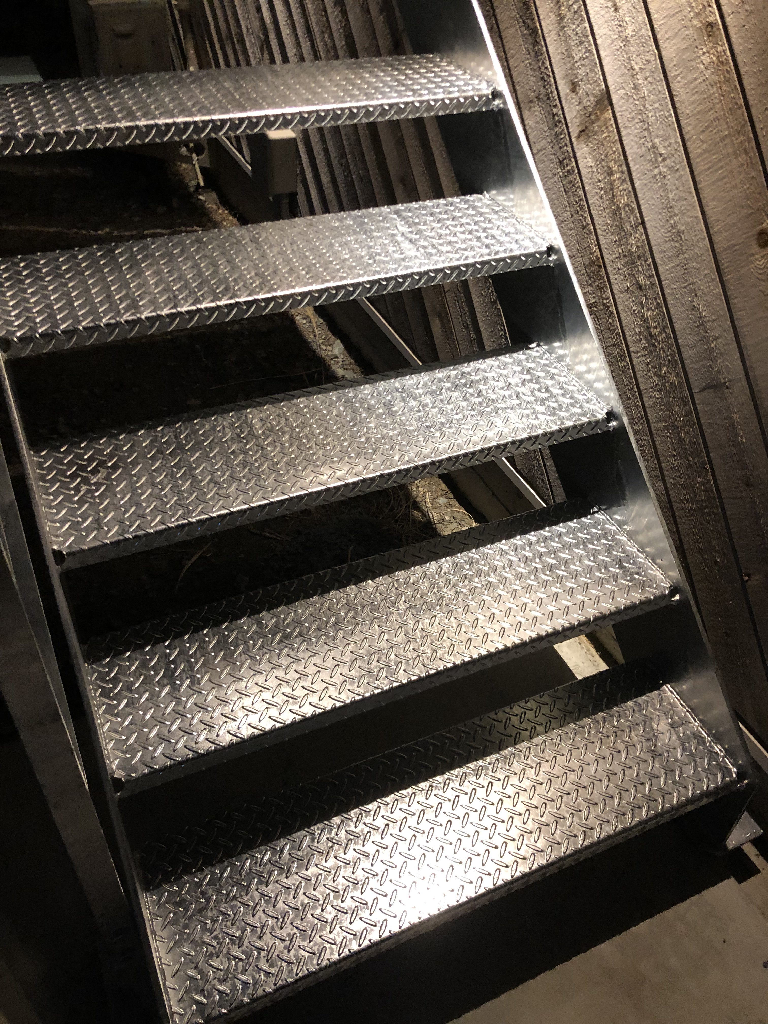 山梨県の工務店、未来建築工房とつくる注文住宅。 クールなディープな鉄骨階段