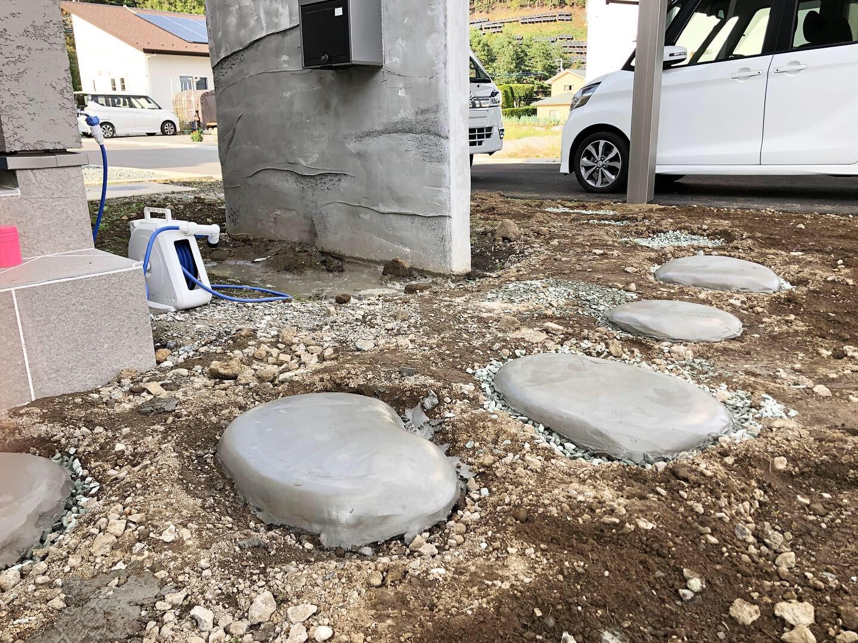 山梨県の工務店、未来建築工房とつくる注文住宅。|造形モルタルで飛び石