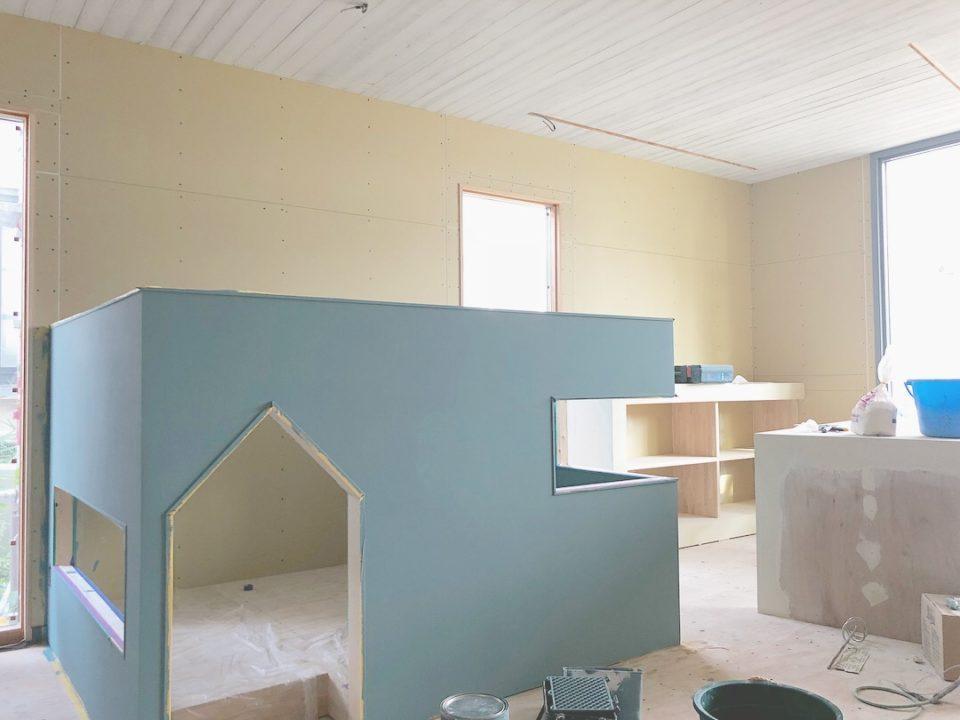 新社屋のキッズスペース。未来建築工房のテーマカラーでもあるブルーグレーで塗装しています。