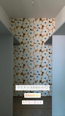 山梨県都留市のカフェスタイルのマリメッコの壁紙がキュン
